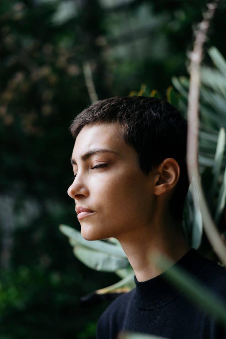 une femme qui se relaxe après une séance d'hypnose avec chantal dumas